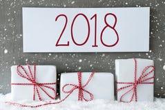 Regalo blanco con los copos de nieve, texto 2018 Fotos de archivo libres de regalías