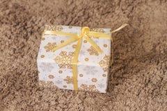 Regalo blanco de la Navidad y del Año Nuevo debajo del árbol en la manta Fotos de archivo libres de regalías