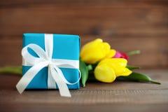 Regalo blu con i tulipani Festa di concezione, l'8 marzo, compleanno, Mo Immagini Stock Libere da Diritti