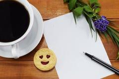 Regalo, café caliente con las flores y un lugar a felicitar Foto de archivo libre de regalías