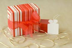 Regalo colorido con el documento de embalaje pelado sobre fondo de papel reciclado Imagen de archivo libre de regalías