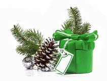 Regalo con el arco y las bolas de la Navidad. Imágenes de archivo libres de regalías