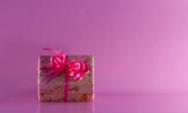 Regalo con el lazo de satén rosado Imagen de archivo libre de regalías