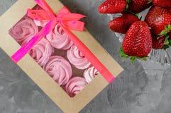 Regalo con il nastro rosa Scatola bianca con i dolci su fondo leggero congratulisi segno di attenzione Caramella gommosa e molle, fotografia stock libera da diritti