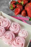 Regalo con il nastro rosa Scatola bianca con i dolci su fondo leggero congratulisi segno di attenzione Caramella gommosa e molle, fotografia stock