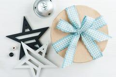 Regalo con l'arco blu e le stelle di legno Fotografia Stock Libera da Diritti