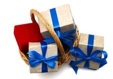Regalo con la cesta Imagen de archivo libre de regalías