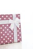 Regalo con la cinta en la polca Dot Design Wrapper Fotografía de archivo