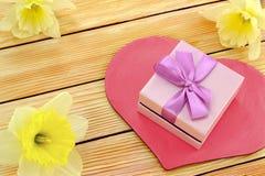 Regalo con los corazones y las flores Fotografía de archivo libre de regalías