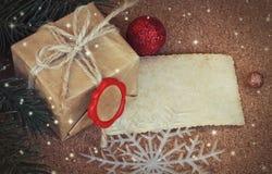 Regalo con un sello rojo, hoja de la Navidad del papel en blanco en un verraco del corcho Fotos de archivo libres de regalías
