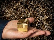 Regalo in contenitore di oro Fotografie Stock Libere da Diritti