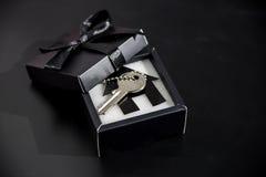 Regalo costoso in un bello pacchetto - possedere alloggio Fotografia Stock Libera da Diritti