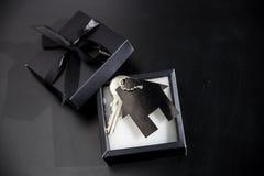 Regalo costoso in un bello pacchetto - possedere alloggio Fotografie Stock Libere da Diritti