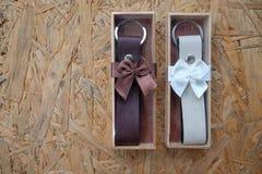 Regalo de boda para la huésped, cuero del llavero en caja Fotos de archivo