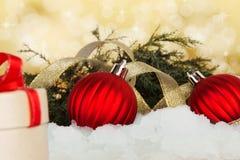 Regalo de día de fiesta con la ramificación y la cinta de la Nochebuena Fotografía de archivo libre de regalías
