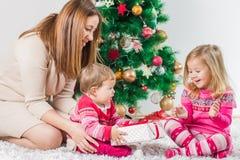 Regalo de días de fiesta abierto de la familia feliz de la Navidad imagenes de archivo