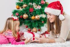 Regalo de días de fiesta abierto de la familia feliz de la Navidad foto de archivo libre de regalías