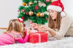 Regalo de días de fiesta abierto de la familia feliz de la Navidad imagen de archivo
