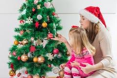 Regalo de días de fiesta abierto de la familia feliz de la Navidad imágenes de archivo libres de regalías