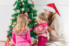 Regalo de días de fiesta abierto de la familia feliz de la Navidad imagen de archivo libre de regalías