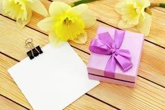 Regalo de flores y de una nota Imagenes de archivo