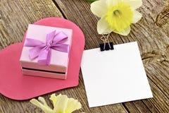 Regalo de flores y de una nota Foto de archivo libre de regalías