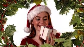 Regalo de la abertura de la mujer de Papá Noel con la frontera del acebo metrajes