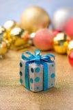 Regalo de la caja del Año Nuevo con el fondo de oro de la bola Fotografía de archivo libre de regalías