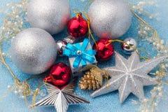 Regalo de la caja del Año Nuevo con la bola de plata alrededor Imagenes de archivo