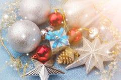 Regalo de la caja del Año Nuevo con la bola de plata alrededor Foto de archivo libre de regalías