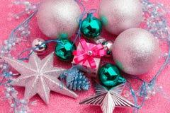 Regalo de la caja del Año Nuevo con la bola de plata alrededor con el fondo rosado Imagenes de archivo