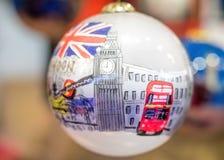 Regalo de la decoración del árbol de navidad de la chuchería de Londres imagen de archivo