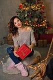 Regalo de la muchacha y de la Navidad foto de archivo libre de regalías