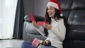 Regalo de la Navidad de la abertura de la mujer de la sorpresa en sala de estar