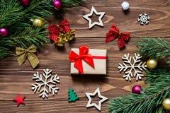 Regalo de la Navidad adornado con la raya roja linda Años Nuevos de malla de la decoración en la tabla de madera Imagen de archivo