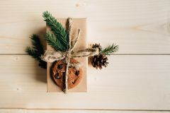 Regalo de la Navidad adornado: puntillas del abeto, galletas y cono del pino Fotografía de archivo