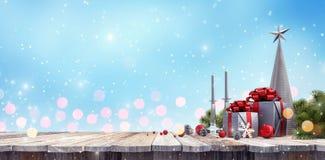 Regalo de la Navidad con la decoración en la tabla de madera imagen de archivo libre de regalías