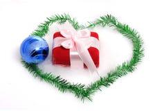 Regalo de la Navidad con la bola azul Foto de archivo libre de regalías