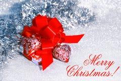 Regalo de la Navidad con la cinta roja Imágenes de archivo libres de regalías