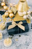 Regalo de la Navidad con las decoraciones del oro Fotografía de archivo libre de regalías