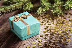 Regalo de la Navidad con las estrellas en la tabla de madera Foto de archivo libre de regalías