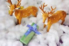 Regalo de la Navidad con los ciervos Imágenes de archivo libres de regalías