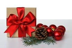Regalo de la Navidad, cono del pino y bolas de la Navidad Fotos de archivo libres de regalías
