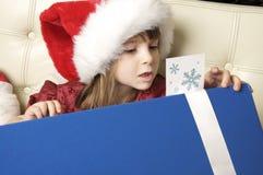 Regalo de la Navidad de la apertura de la niña Foto de archivo libre de regalías