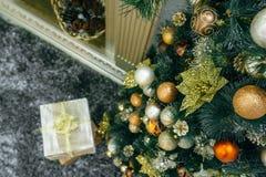 Regalo de la Navidad debajo del árbol de navidad Foto de archivo libre de regalías