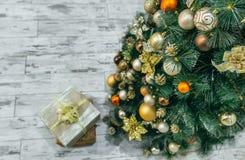 Regalo de la Navidad debajo del árbol de navidad Fotografía de archivo libre de regalías