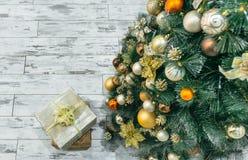 Regalo de la Navidad debajo del árbol de navidad Imagen de archivo
