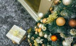 Regalo de la Navidad debajo del árbol de navidad Fotografía de archivo