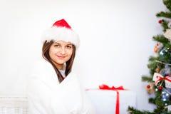 Regalo de la Navidad del asimiento del retrato de la mujer Fotos de archivo