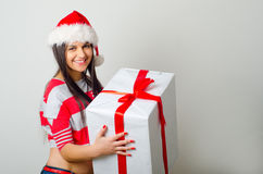 Regalo de la Navidad del asimiento del retrato de la mujer Fotos de archivo libres de regalías